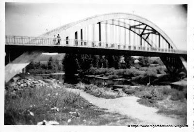 photo noir et blanc d'un pont à identifier