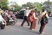 Beri Pelayanan Terhadap Masyarakat, Personil Polsek Kragilan Melaksanakan Pengaturan Arus Lalulintas