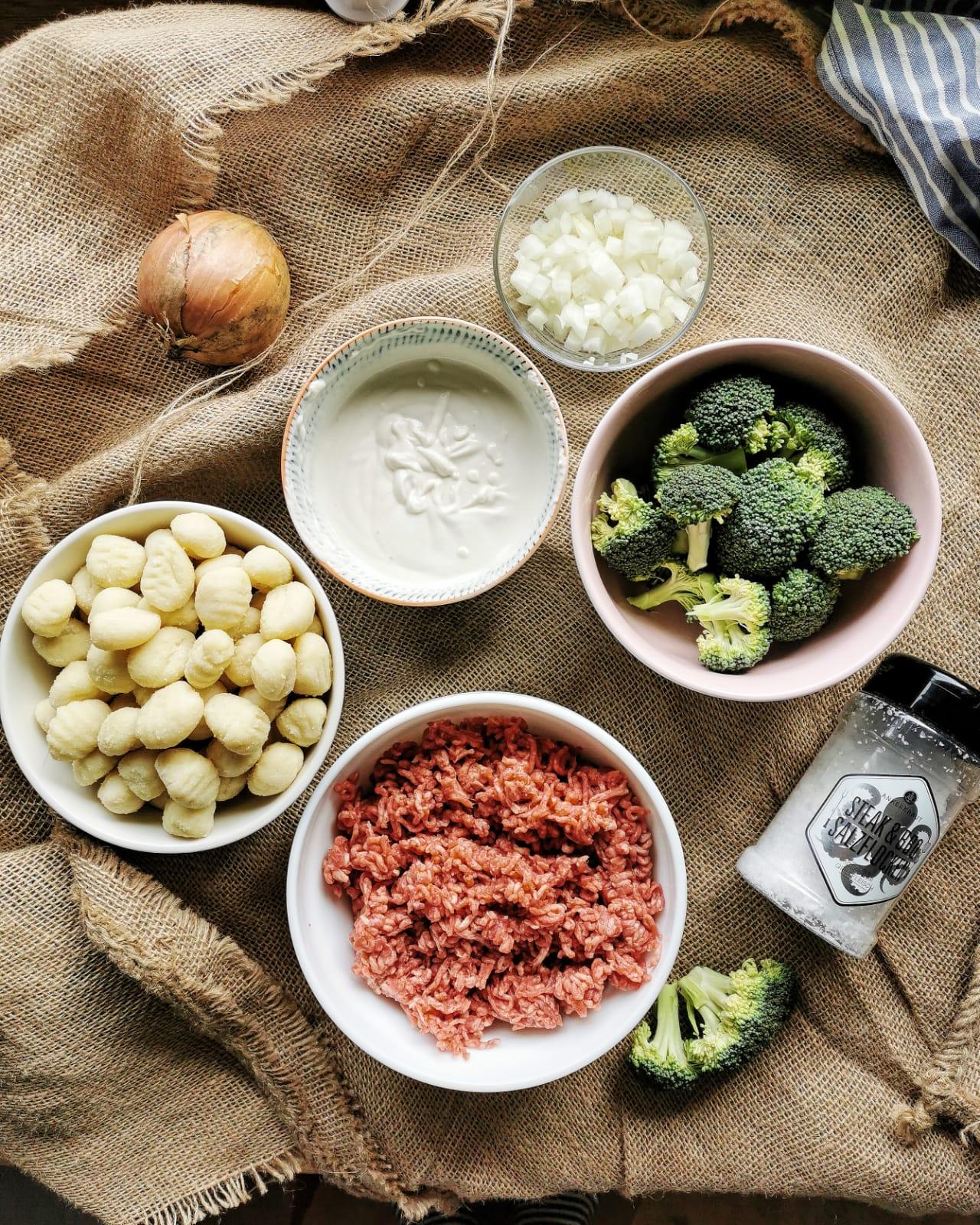 Mit ordentlich Käse überbackenes Soulfood: Gnocchi-Brokkoli-Auflauf mit Hackfleisch, schnell und suuuper lecker