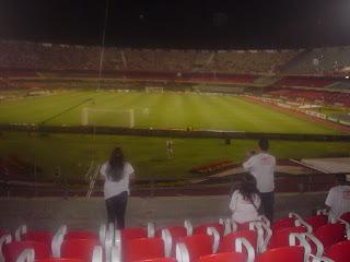 Estádio de Futebol com Criança