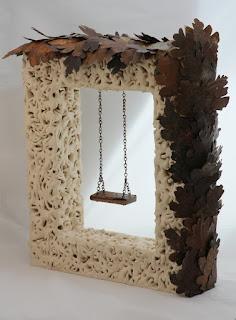 Escultura de cerámica rectángulo de raíces con un columpio y hojas