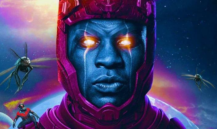 Imagem de capa: montagem na qual se vê o personagem Kang, o Conquistador, interpretado por Johnathan Majors, um homem de pele azul com um capacete arroxeado que circunda a sua cabeça, olhos brilhantes e ao seu redor uma paisagem de cores de espaço sideral.