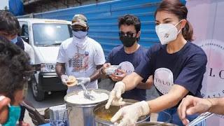 jacqueline-fernandez-distributing-food