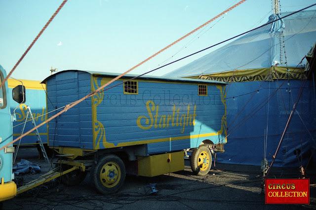 Cirque Starlight roulotte a matériel