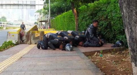 foto polisi sholat
