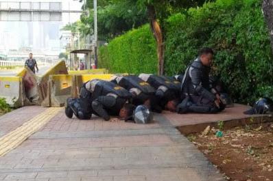 Sedih Melihat Kondisi Negeri, Polisi Bertarung Dengan Rakyatnya Sendiri