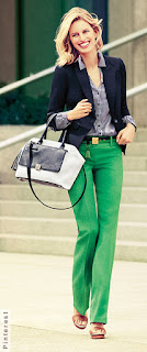Mulher andando com bolsa branca e preto e calçando uma sandália