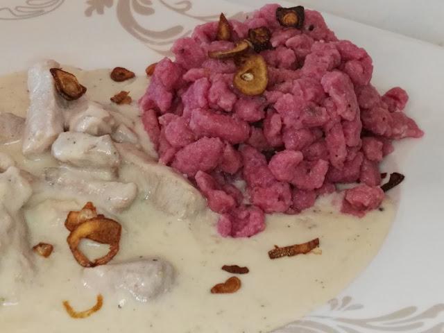 Spätzle, Schweinefilet und Knoblauch Chips