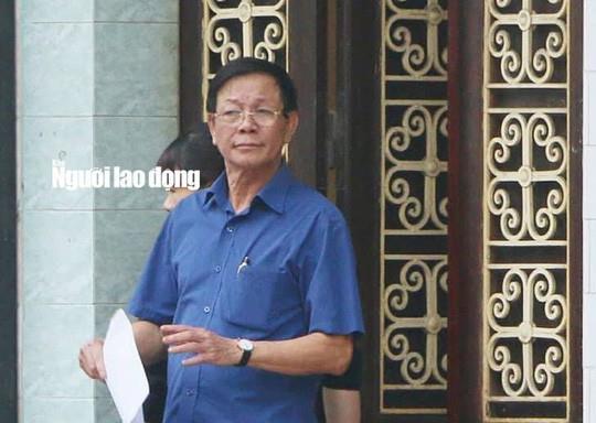 Ông Phan Văn Vĩnh tại cửa nhà riêng trước khi bị bắt