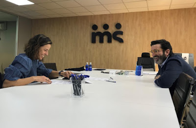 Marta Marrero y Mario del Campo, CEO de Merchanservis, firman el acuerdo de patrocinio
