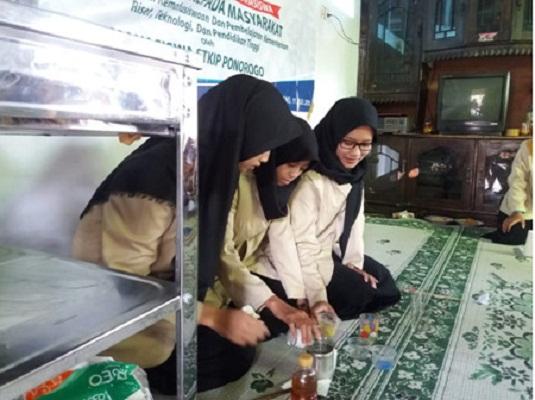 Inovasi Mahasiswa STKIP PGRI Ponorogo Membuat Lilin Hias Bahan Minyak Jelantah
