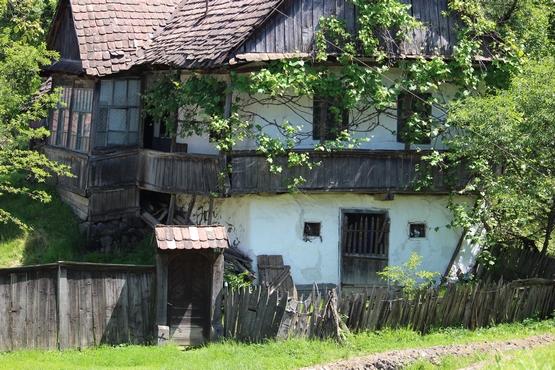 Tornácos ház a Felsőszeren
