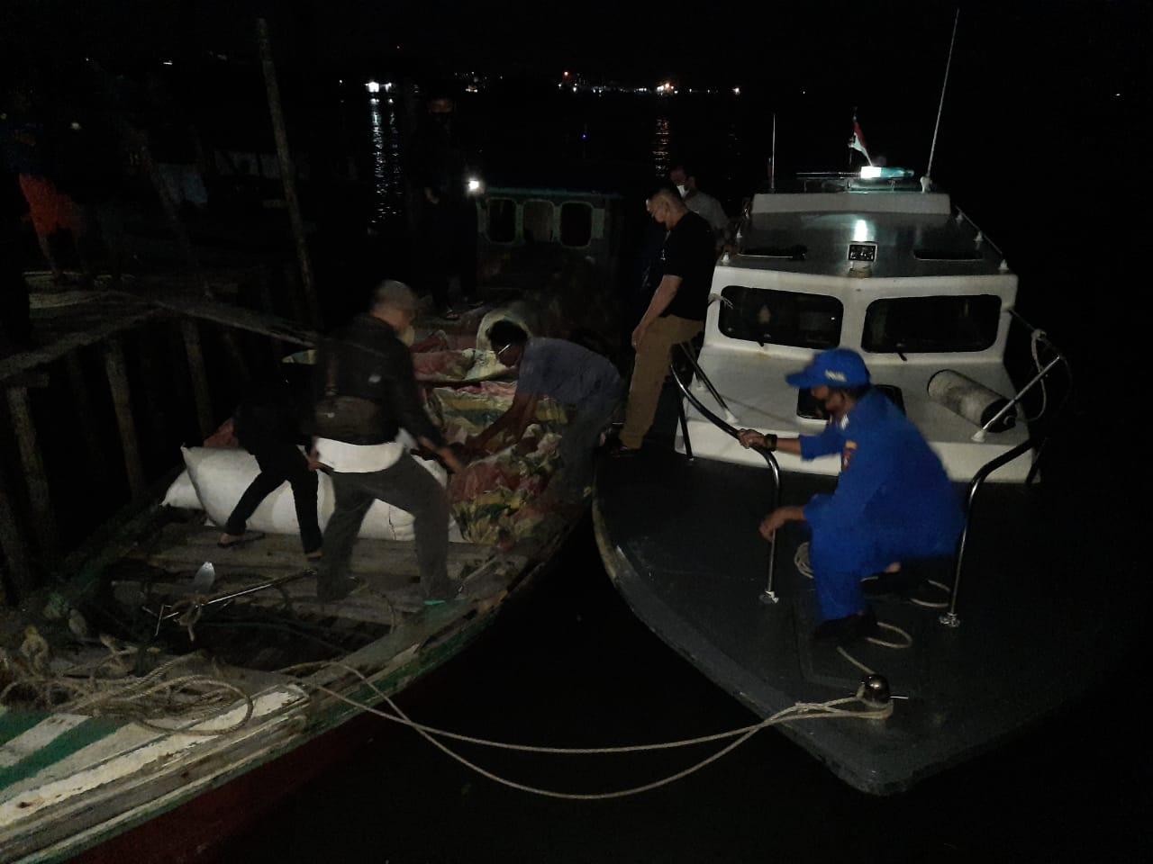Satpolair Polres Karimun Gagalkan Penyeludupan 96 Karung Pakaian Bekas Yang Diangkut KM Rika Jaya GT 6