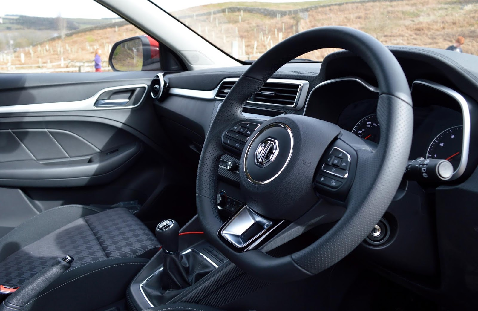 MG ZS 1.5 Excite Review | A New Compact SUV for less than £13,000 - front interior photo