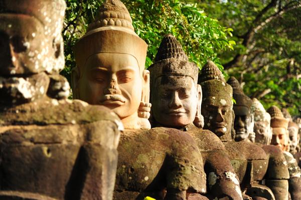 Patung di depan gerbang Angkor Thom