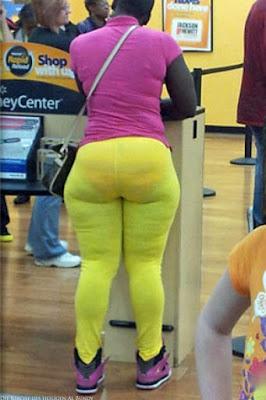 Mollige schwarze Frau in enger gelber Leggings
