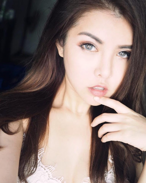 Selfie dengan menunjuk salah satu dari wajah anda agar terlihat seksi