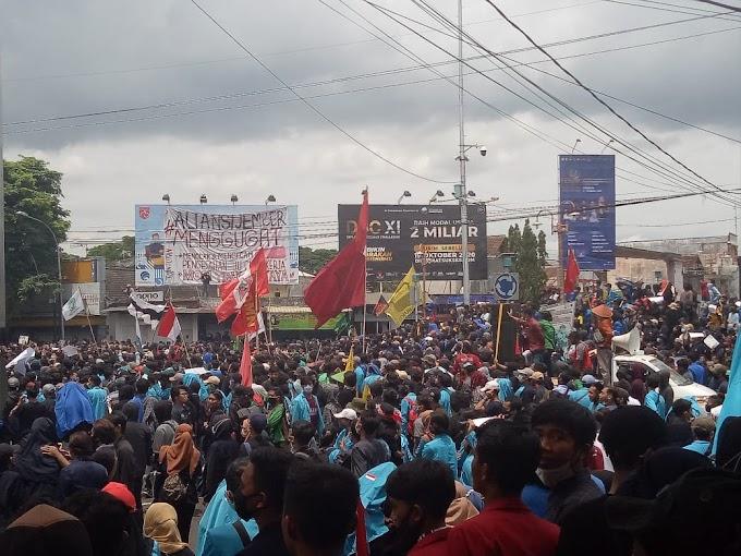 Penolakan UU Omnibus Law UU Cipta Kerja ,Mahasiswa Jember Turun Jalan ,Menuju Gedung DPRD