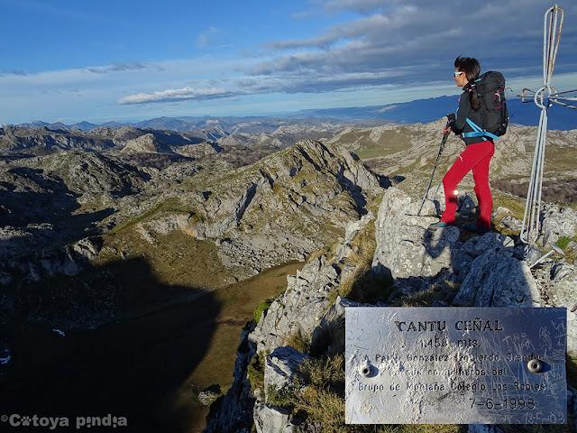 Placa y cruz,  del Cantu Ceñal en Picos de Europa.