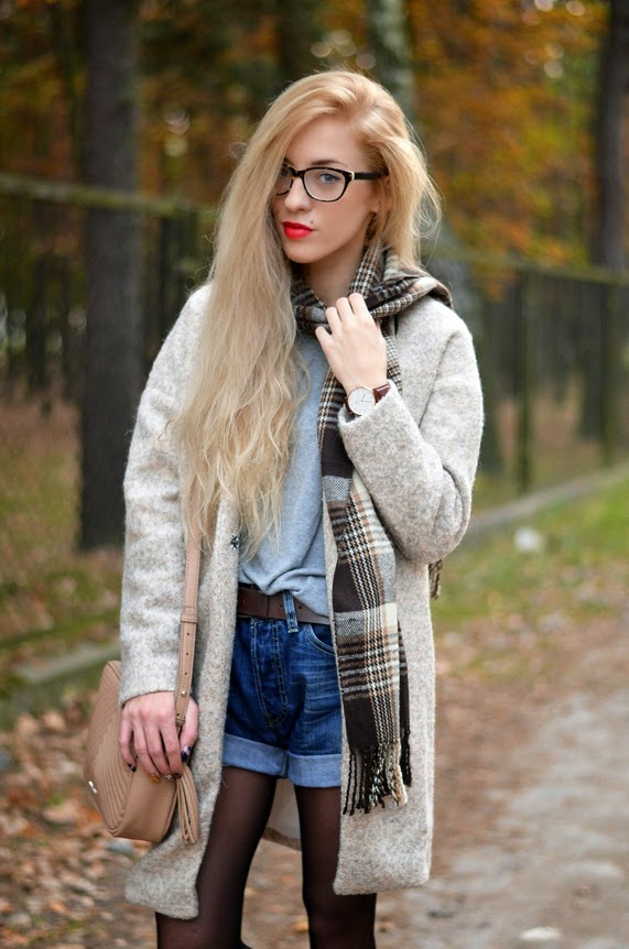BROWN & BEIGE: woolen coat, levi's shorts and tartan scarf