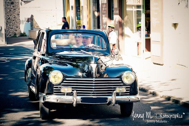 arrivée de la mariée dans voiture ancienne - photo