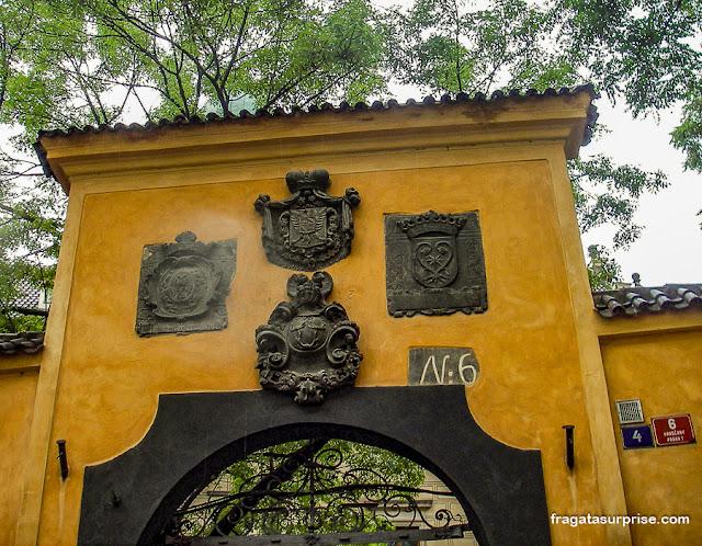 Portão na muralha do Castelo de Praga