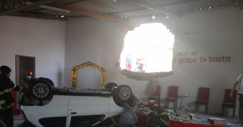 """Igreja é atingida por carro e zeladora do templo escapa de acidente: """"Livramento"""""""