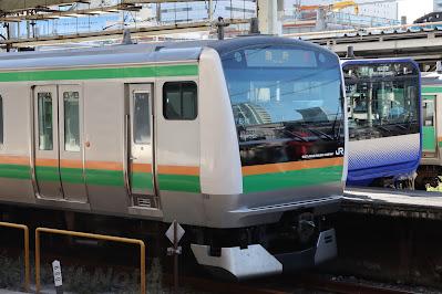品川駅で横須賀線E235系と並ぶ臨時列車のE233系