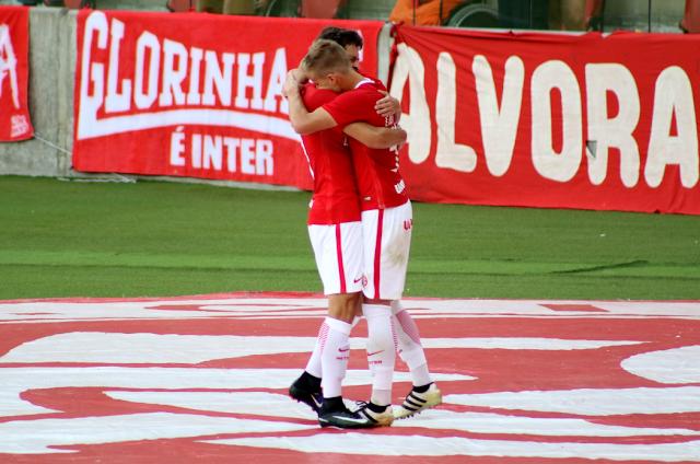 D'Ale e Dourado se abraçam após o gol do Inter (Foto: Divulgação/Twitter Inter)
