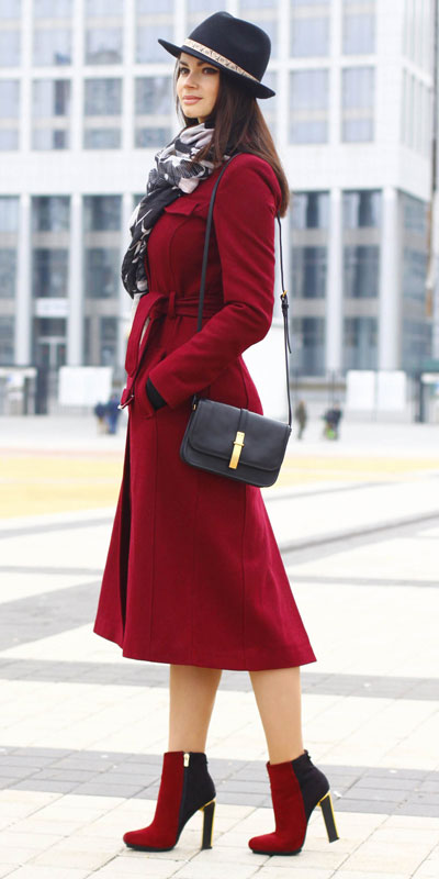 From velvet jackets to red bodycon dresses, there is something for everyone from cozy to glam. Have a look at these 25 Casual XMAS Holiday Outfit Ideas for Every Girl's Style. Christmas + New Year Outfits via higiggle.com | Red Coat Dress | #holiday #christmas #newyear #coat