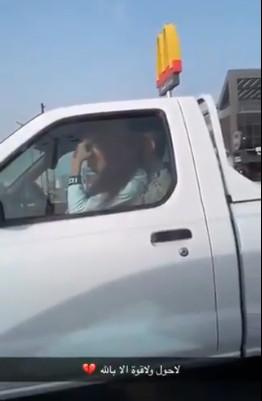 شاب يدرب فتاة على القيادة بطريقة غير أخلاقية بالرياض