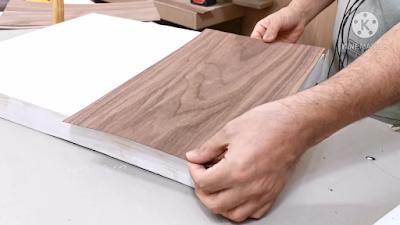 ضبط قشرة الخشب التي تم قصها وضبطها على الخشب