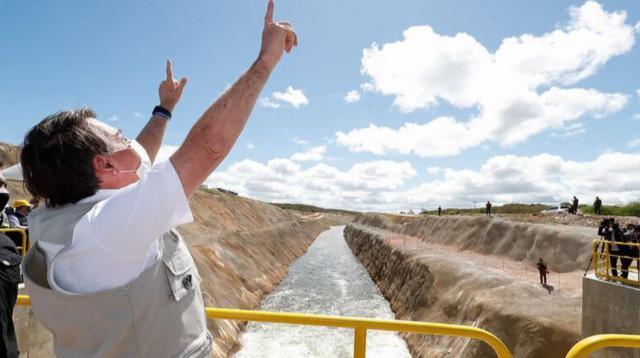 Obra de transposição inaugurada por Bolsonaro vaza e governo evacua 2.000 pessoas no Ceará