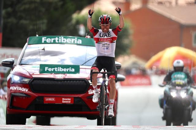 Rafal Majka ergue os braços e celebra a primeira vitória em La Vuelta após quatro anos
