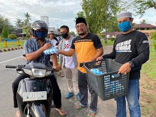 Bersama KNPI, Anggota DPRD Lingga Bagikan 600 Paket Takjil
