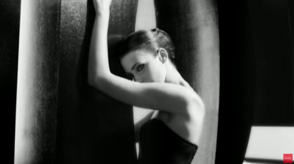 Modella Pupa Milano pubblicità Mascara Vamp - Spot bianco e nero 2016