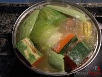 Última tanda de verduras en agua hirviéndose