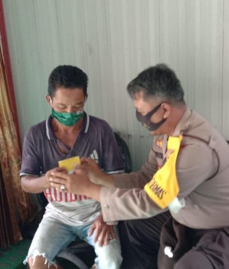 Brigpol Saputra Bagikan Masker Door to Door Kepada Warga Binaanya