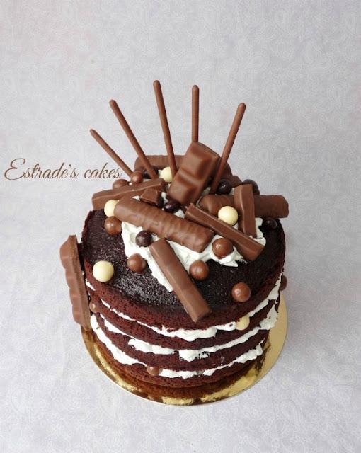 tarta desnuda de chocolate y nata con muchas chocolatinas 5