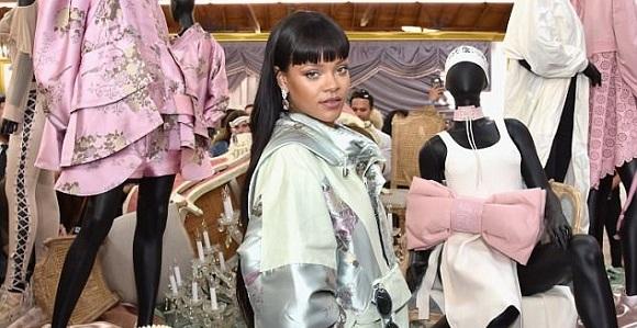 Rihanna mingles with fans at  Fenty x Puma  pop-up shop  cb8e419fd3b7