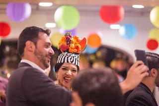 Atração Carmen Miranda de Humor e Circo Produtora interagindo com um dos gerentes da Regus no evento inauguração Spaces Cinelândia, RJ.
