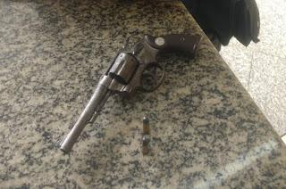 http://vnoticia.com.br/noticia/3783-pm-flagra-adolescente-de-17-anos-com-arma-de-fogo-na-praia-de-santa-clara