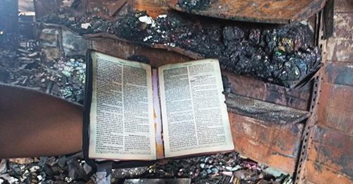 """Bíblia fica intacta após incêndio em loja e donos são impactados: """"Deus está conosco"""""""