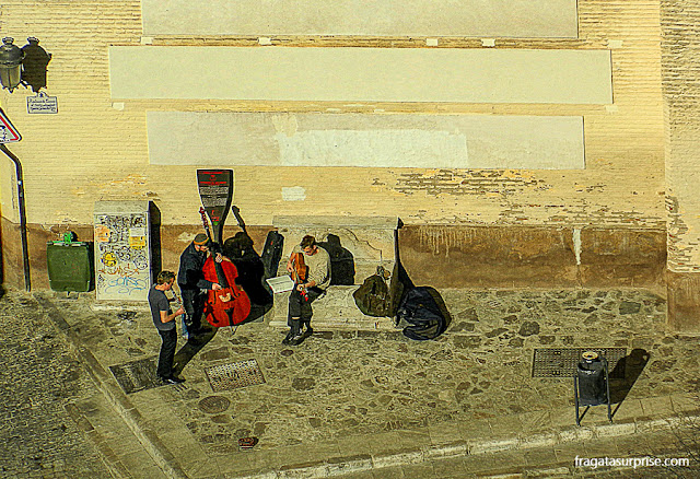 Músicos de rua na Carrera del Darro, Granada, Andaluzia