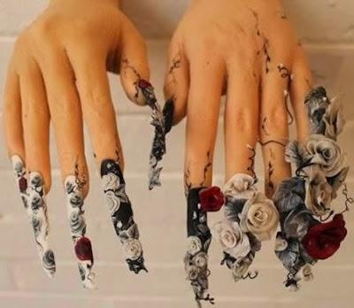 Diseño de uñas  dark  con rosas rojas y blancas