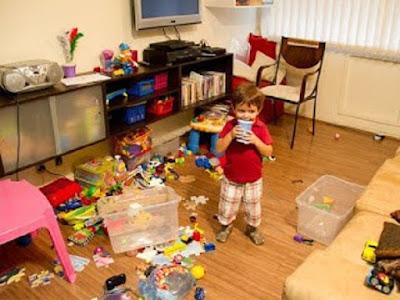 imagem de criança com vários brinquedos espalhados