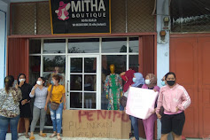 Puluhan Emak Demo Mitha Boutique,Penipu Pulangkan Uang Kami..