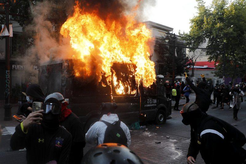 Detalles de las dos querellas que presentó Interior por destrucción de furgón policial