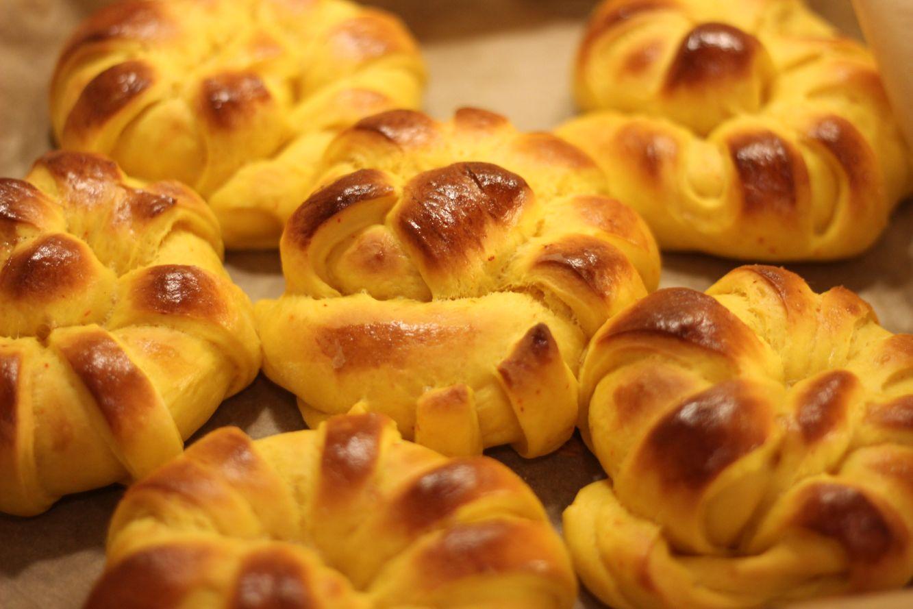 Shafranovi kozunacheta s vanilov krem bez zahar