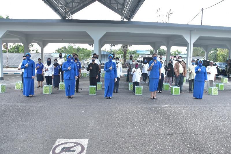 Korcab IV DJA I Bagi-bagi Sembako Kepada Warakawuri, PHL dan Pengurus Masjid di Lingkungan Lantamal IV